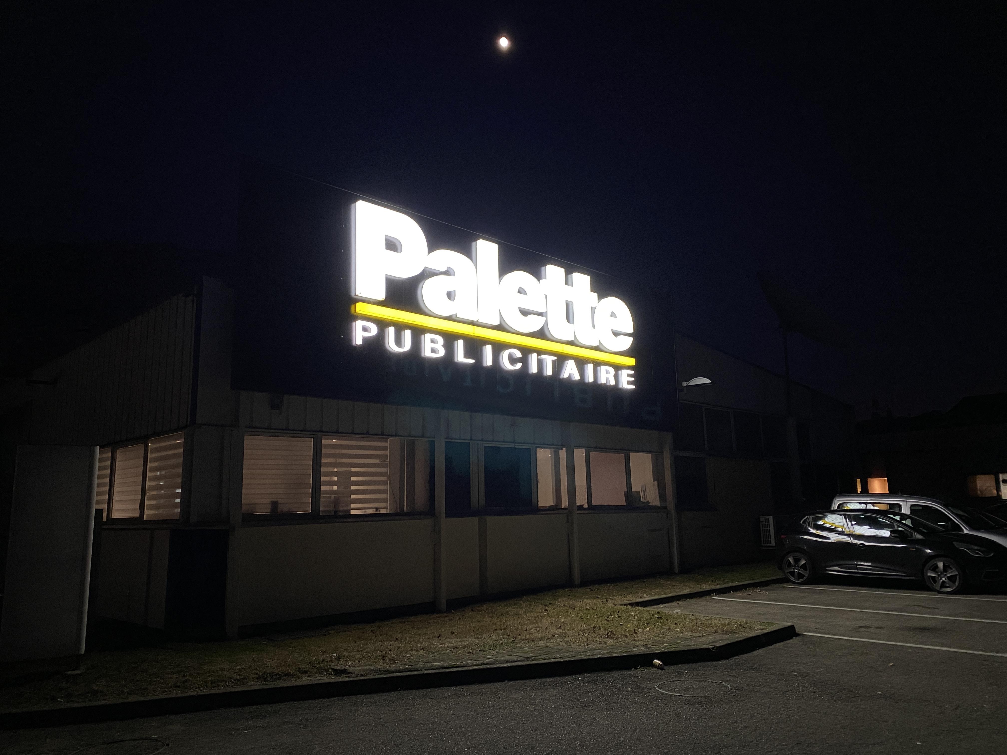 Enseigne éclairée de nuit - Palette Publicitaire