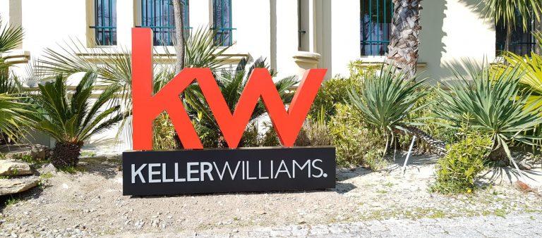 Logo sur socle Keller Williams - enseignes sur mesure
