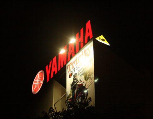 Enseignes lumineuses Yamaha éclairée de nuit - Fabricant d'enseignes et de signalétiques