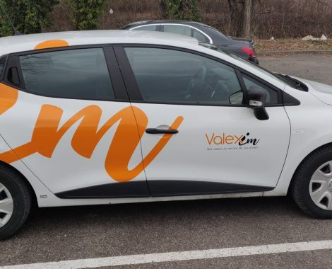Marquage véhicule logo orange sur voiture blanche - fabricant d'enseignes et de signalétiques