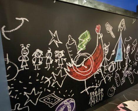 Décoration intérieure peinture sur mur noir